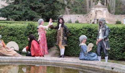 Les costumes de la Compagnie Interlude au Rocher Mistral - Château de La Barben